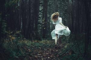 逃げる夢の夢占いの意味